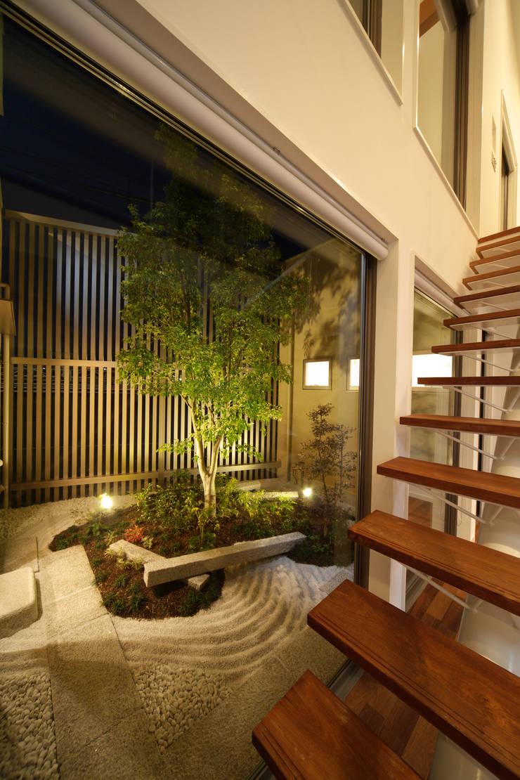 川を望む家: ヒロノアソシエイツ一級建築士事務所が手掛けた庭です。