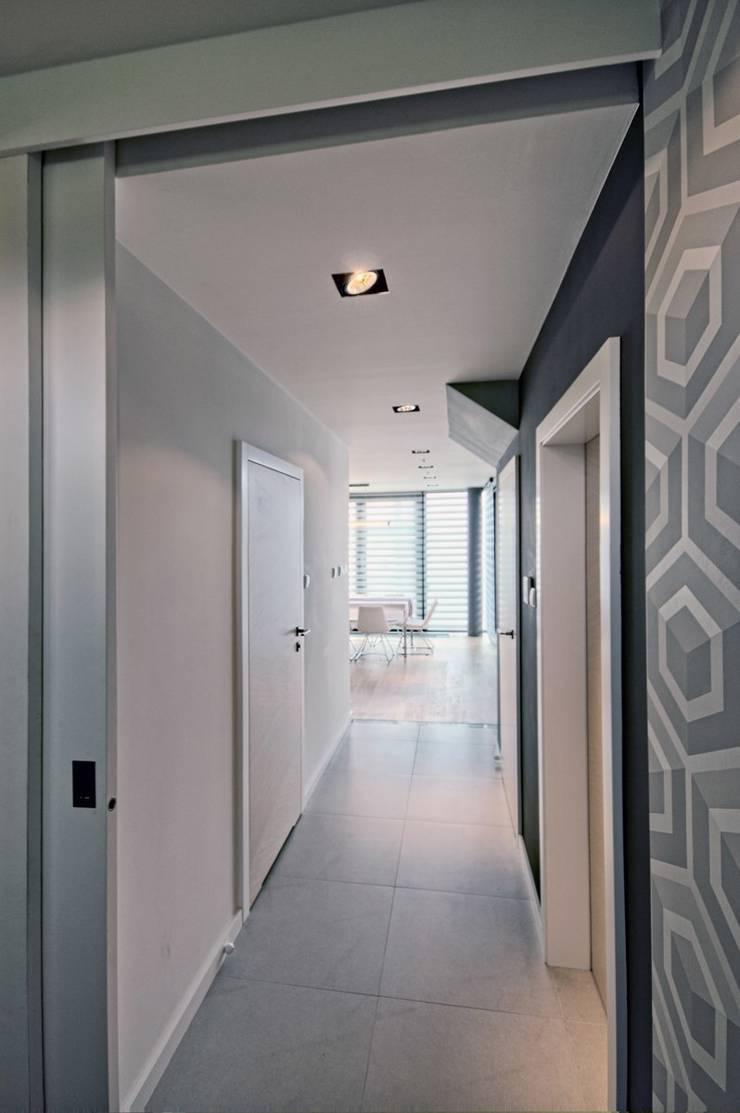 Bliźniak w Pychowicach: styl , w kategorii Korytarz, przedpokój zaprojektowany przez SHOQ STUDIO Architektura i wnętrza