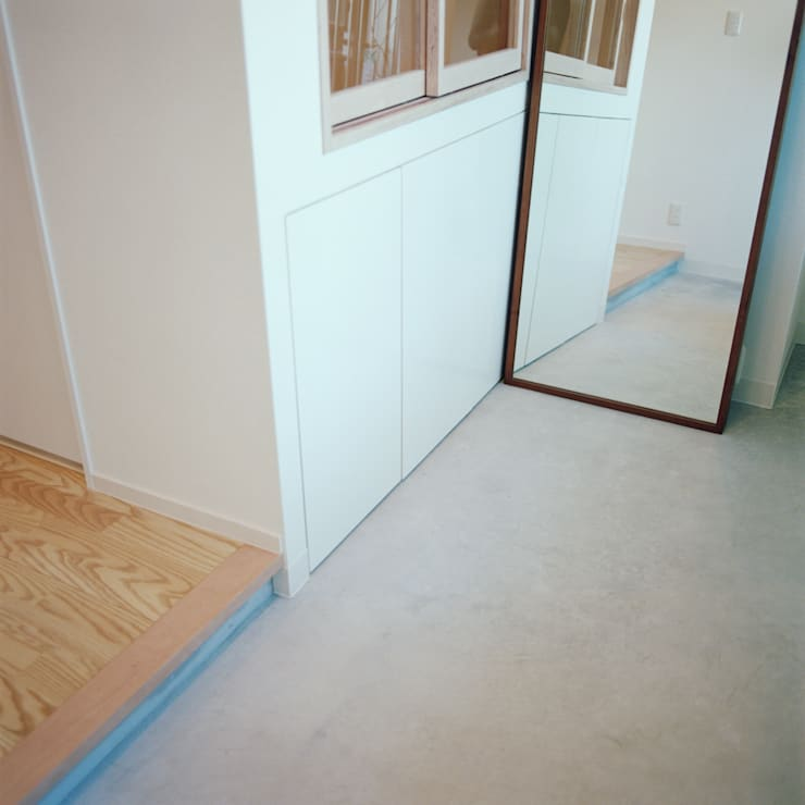S-House: AIDAHO Inc.が手掛けた廊下 & 玄関です。
