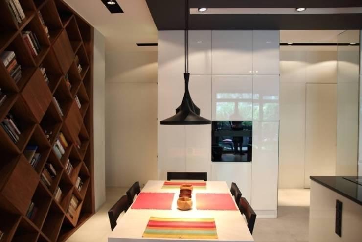 apartament Warszawa Mokotów: styl , w kategorii Jadalnia zaprojektowany przez SHOQ STUDIO Architektura i wnętrza