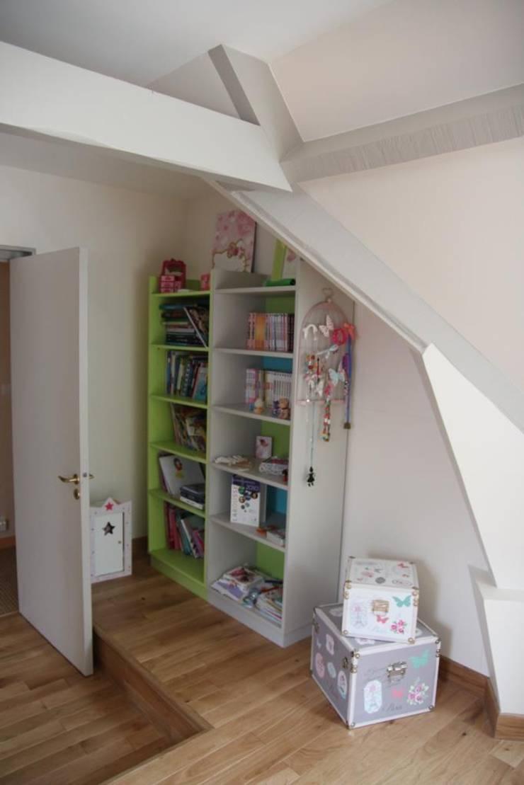 Bibliothèques relookées: Chambre d'enfants de style  par Noémie Vernet