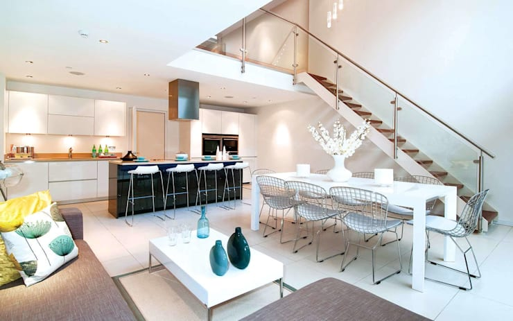 Double height void and feature staircase leading to kitchen / living / dining: modern Kitchen by LLI Design