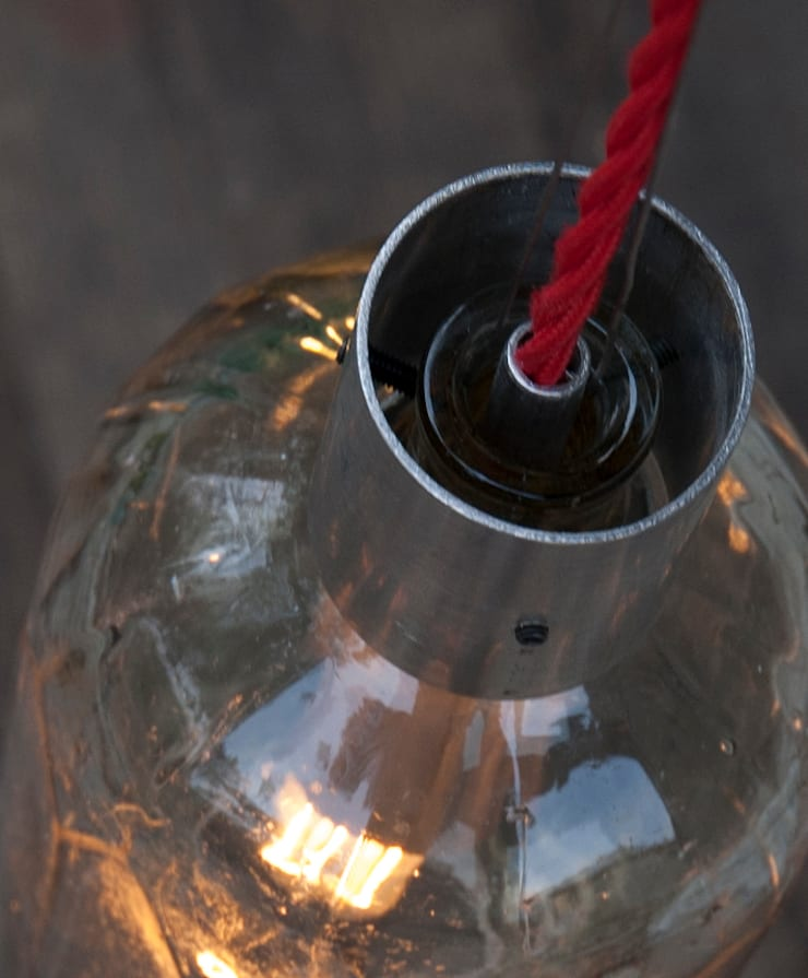 Lampion ryflowany z syfonu szklanego: styl , w kategorii Balkon, weranda i taras zaprojektowany przez NaNowo Industrial Design