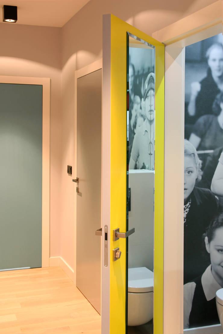 apartament Warszawa Włochy: styl , w kategorii Korytarz, przedpokój zaprojektowany przez SHOQ STUDIO Architektura i wnętrza