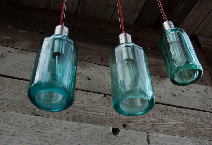Lampion ryflowany z syfonu szklanego: styl , w kategorii Jadalnia zaprojektowany przez NaNowo Industrial Design