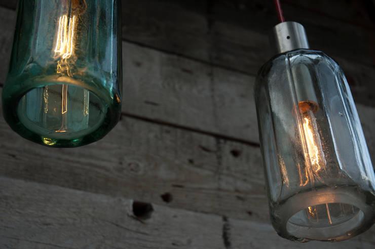 Lampion ryflowany z syfonu szklanego: styl , w kategorii Piwnica win zaprojektowany przez NaNowo Industrial Design