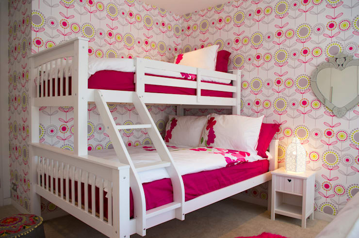 Girls bedroom:  Bedroom by LLI Design