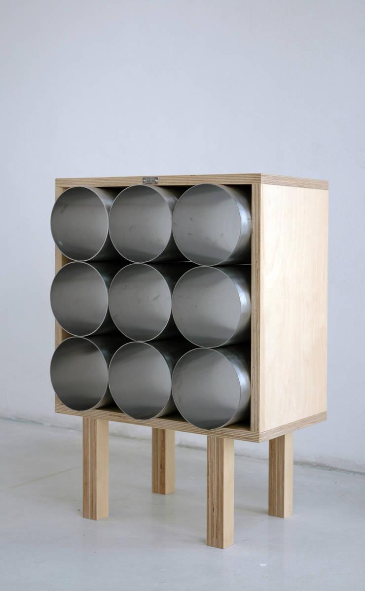 Gazetnik na wino: styl , w kategorii Salon zaprojektowany przez NaNowo Industrial Design