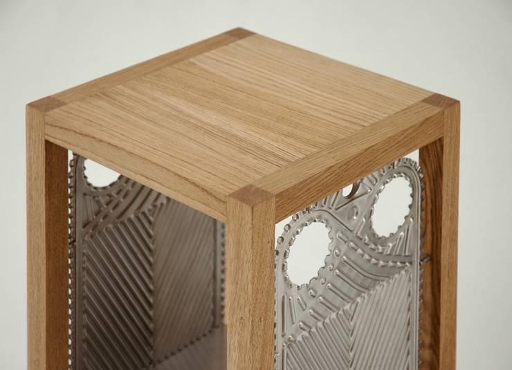Etażerka w dębowej ramie: styl , w kategorii Salon zaprojektowany przez NaNowo Industrial Design,