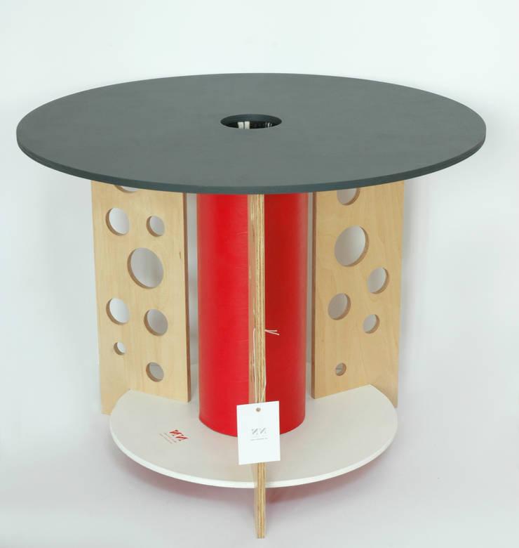 """Stolik """"dziury w serze"""": styl , w kategorii Pokój dziecięcy zaprojektowany przez NaNowo Industrial Design"""