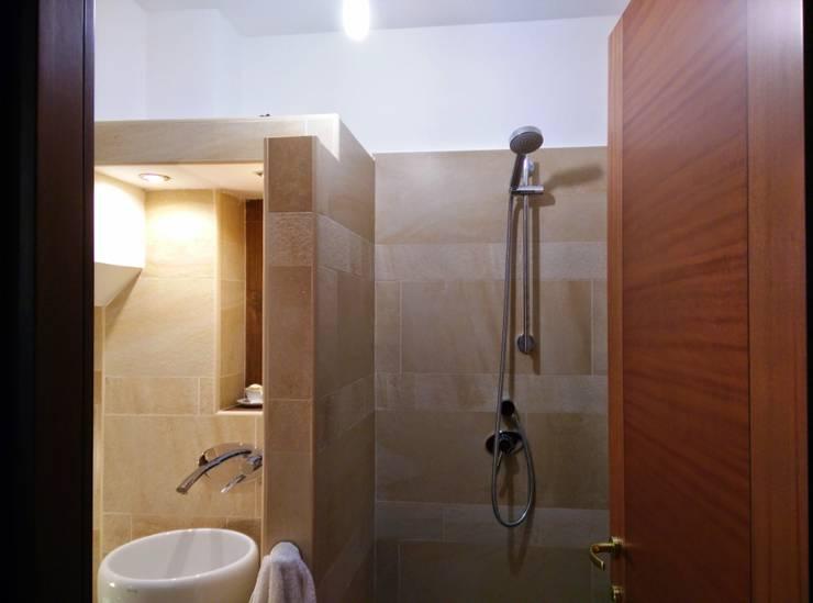 ristrutturazione: da garage a rustico: Bagno in stile  di Francesca Ianni architetto
