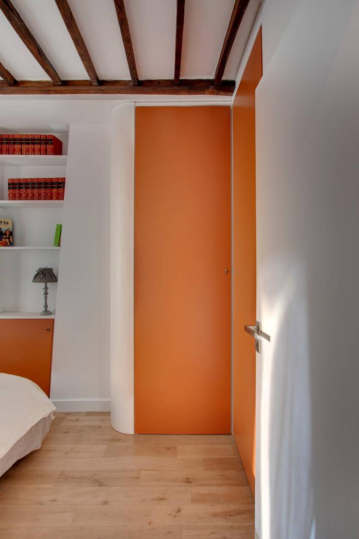 Suitcase Flat: Chambre de style  par Andrea Mosca