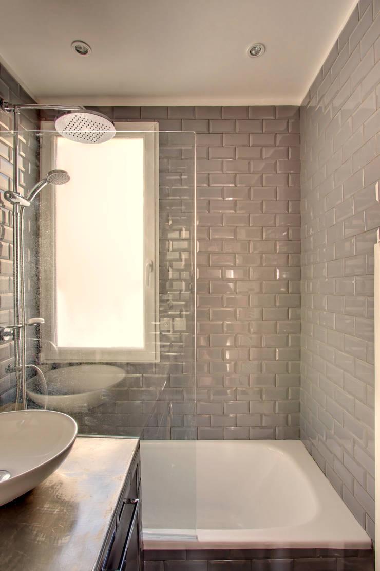 Suitcase Flat: Salle de bains de style  par Andrea Mosca