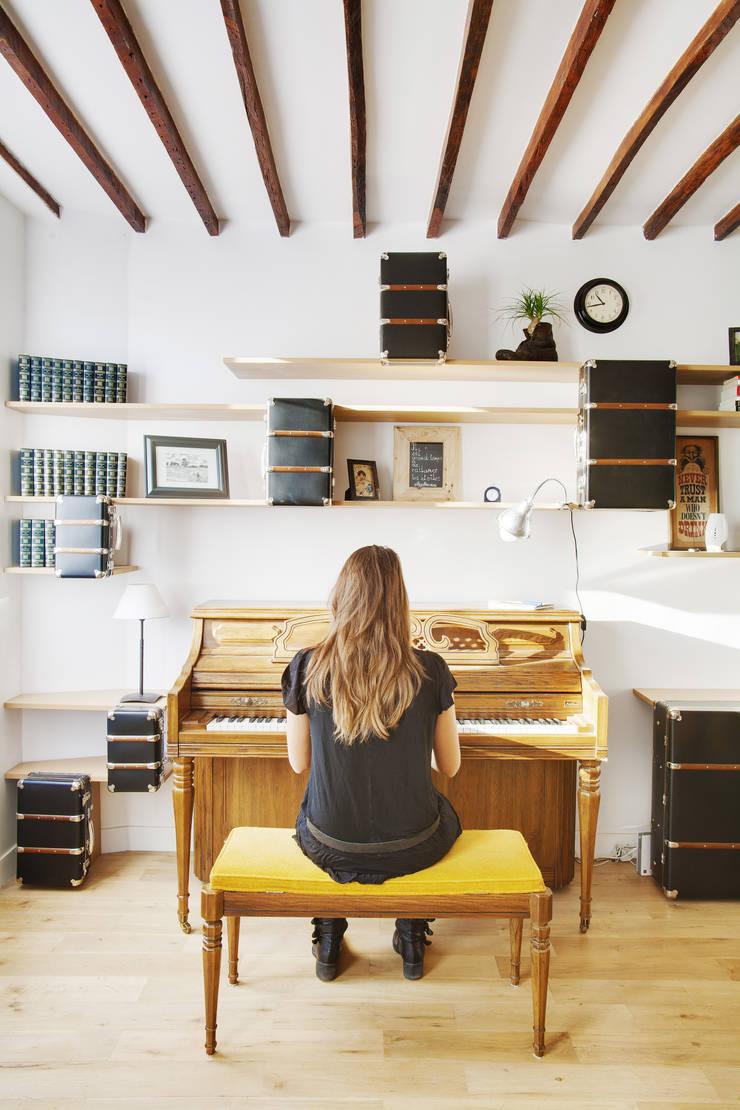 Suitcase Flat: Salon de style  par Andrea Mosca