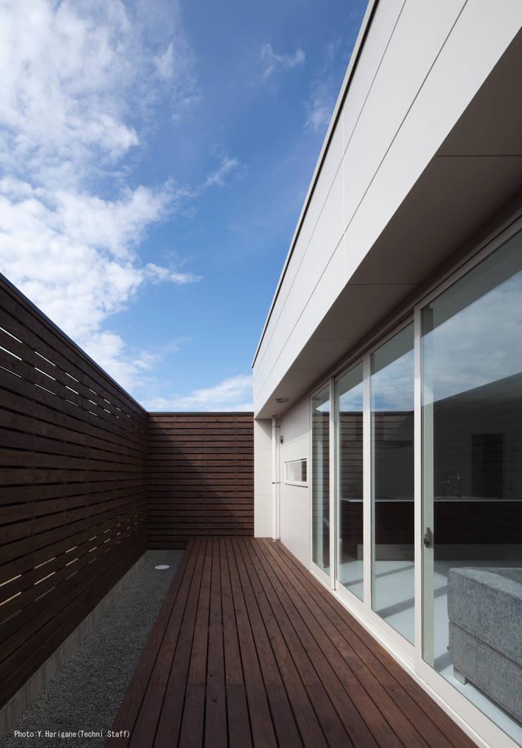 PLATE HOUSE: 松岡健治一級建築士事務所が手掛けたテラス・ベランダです。,