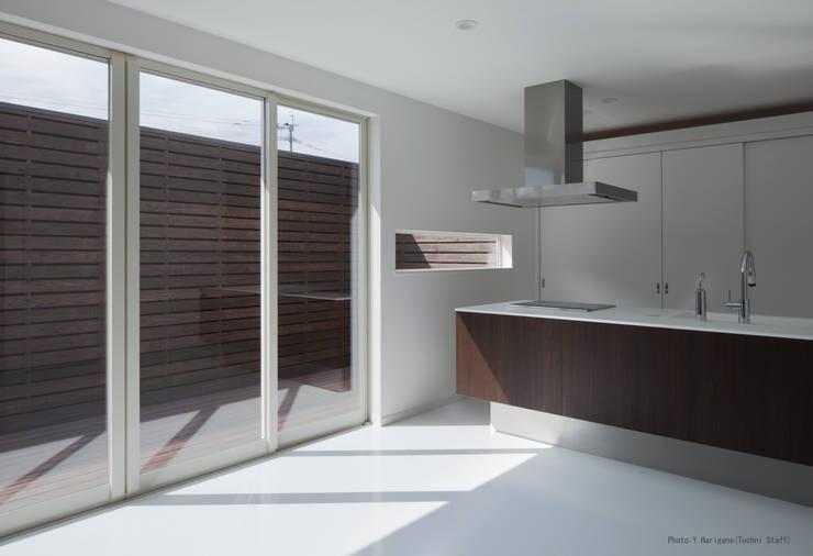 PLATE HOUSE: 松岡健治一級建築士事務所が手掛けたキッチンです。,