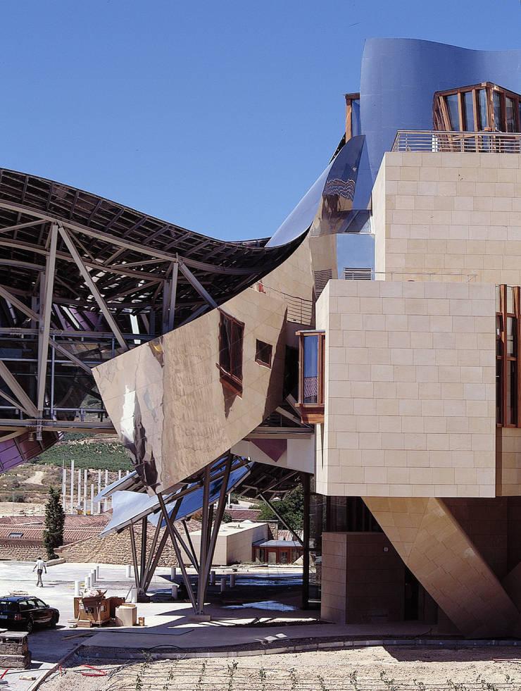City Of Wine Complex Marqués De Riscal (Gehry Partners LLC) - BEIGE PINAR sandstone: Hoteles de estilo  de ARENISCAS STONE