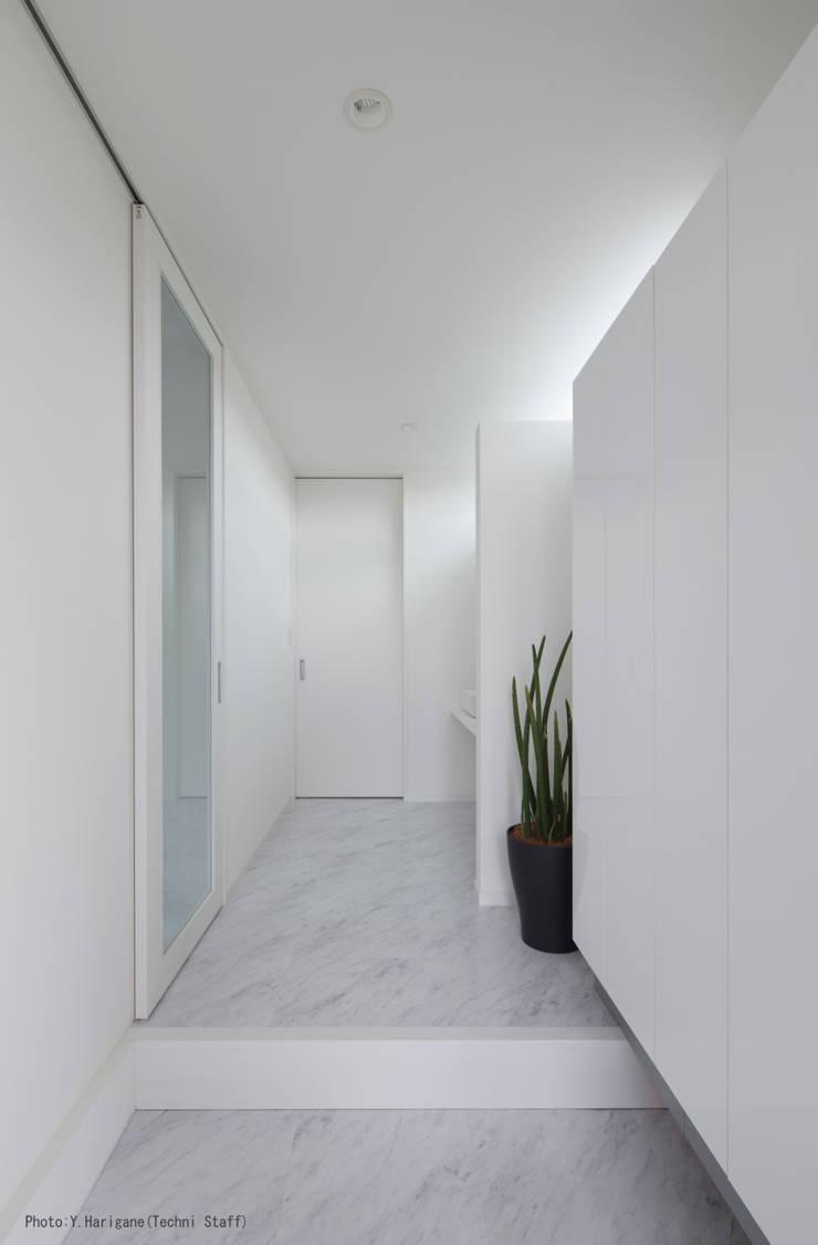 PLATE HOUSE: 松岡健治一級建築士事務所が手掛けた廊下 & 玄関です。,