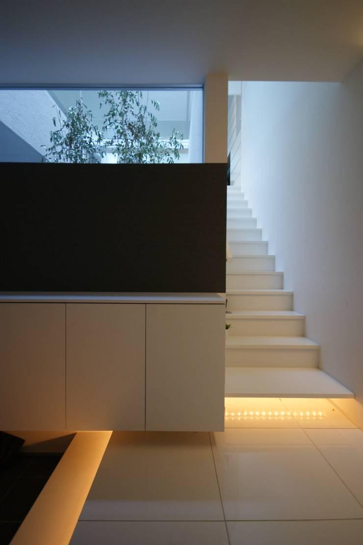 HT house: アクシス・アーキテクツ/AXIS ARCHITECT & ASSOCIATESが手掛けた廊下 & 玄関です。