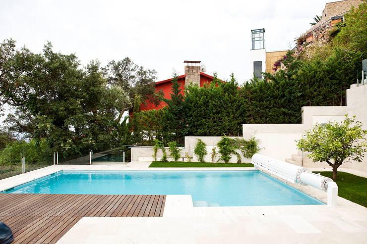 Jardín Costa Brava 1: Piscinas de estilo  de JARDÍ PEDRA I ARIDS S.L.