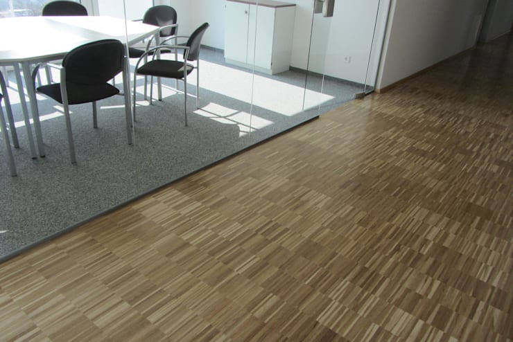 Industrieparkett Eiche versiegelt / Textilbelag:  Bürogebäude von Klaus Petrich Fussbodentechnik GmbH