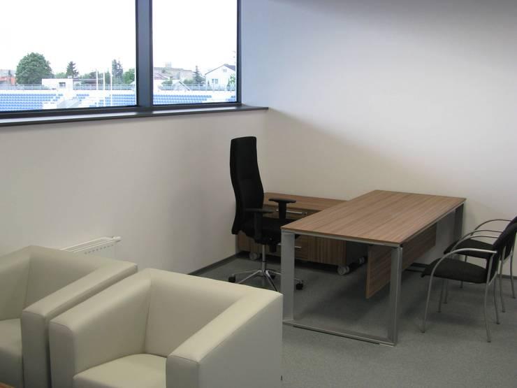 Gabinet: styl , w kategorii Przestrzenie biurowe i magazynowe zaprojektowany przez Akson Meble Biurowe