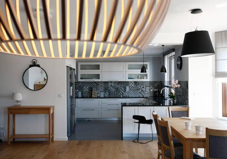 DOM NA KASZUBACH: styl , w kategorii Kuchnia zaprojektowany przez GRUPA MALAGA