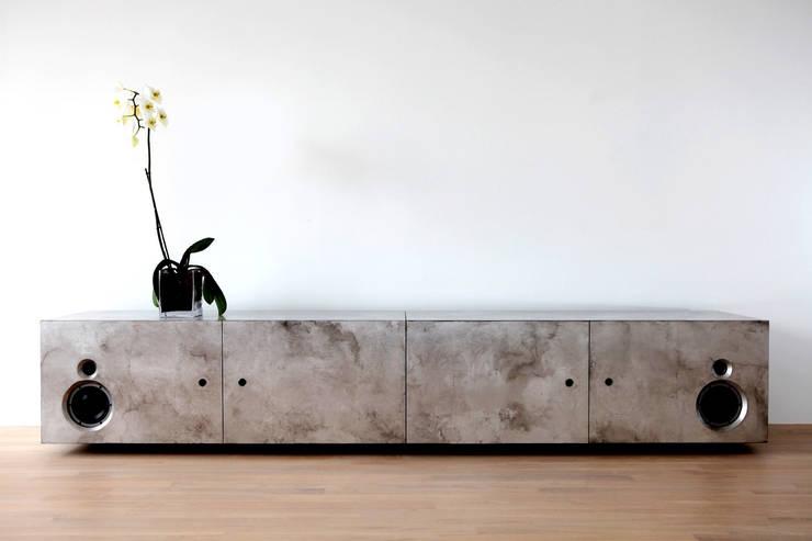 HiFi-Board Versilberung von Margret Weirauch - Ihre Raumentfaltung: moderner Multimedia-Raum von Margret Weirauch - Ihre Raumentfaltung