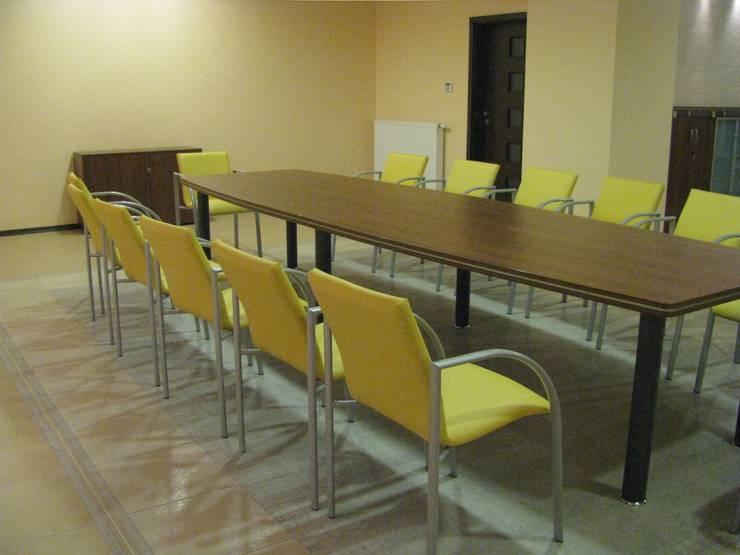 Stół i krzesła konferencyjne: styl , w kategorii Pomieszczenia biurowe i magazynowe zaprojektowany przez Akson Meble Biurowe