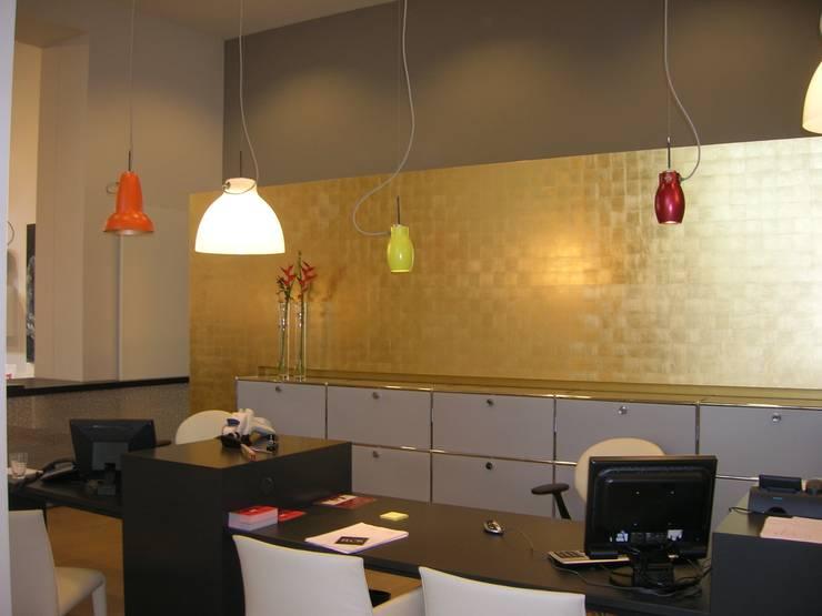 Vergoldete Wand von Margret Weirauch - Ihre Raumentfaltung:  Geschäftsräume & Stores von Margret Weirauch - Ihre Raumentfaltung