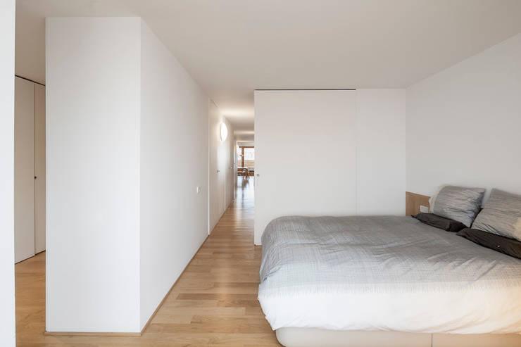 """Reforma de un ático en el barrio del """"Eixample"""" en Barcelona: Dormitorios de estilo  de Room Global"""