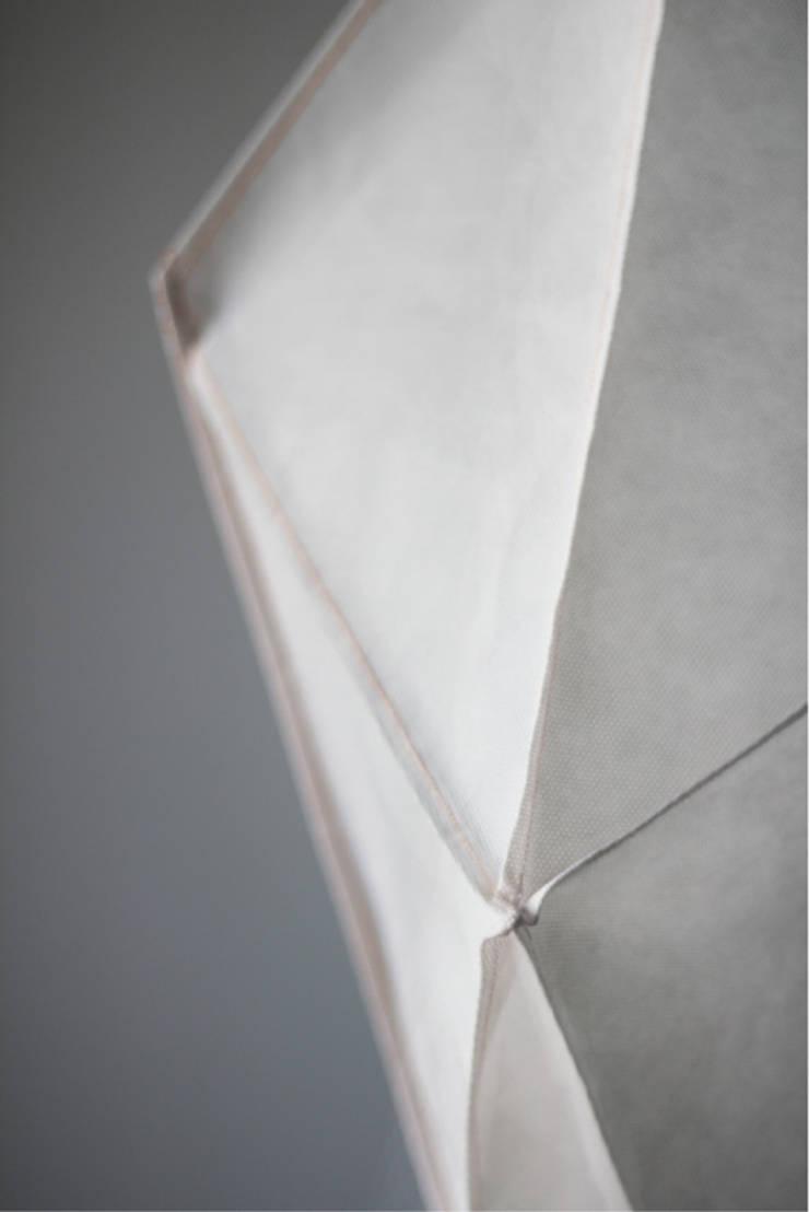 Mosquito LEKKIE: styl , w kategorii Salon zaprojektowany przez Natural Born Design