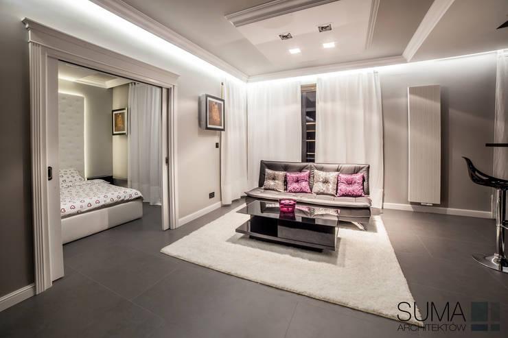 CLASSIC ONE: styl , w kategorii Salon zaprojektowany przez SUMA Architektów