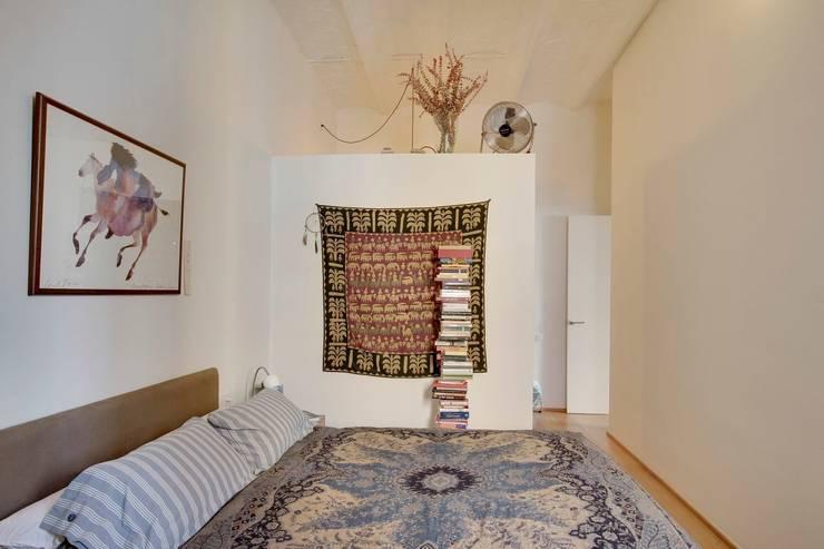 Reforma vivienda en el Barrio de Gracia en Barcelona: Dormitorios de estilo moderno de Room Global