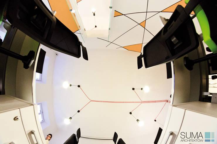 GEOMETRIC ONE: styl , w kategorii Przestrzenie biurowe i magazynowe zaprojektowany przez SUMA Architektów