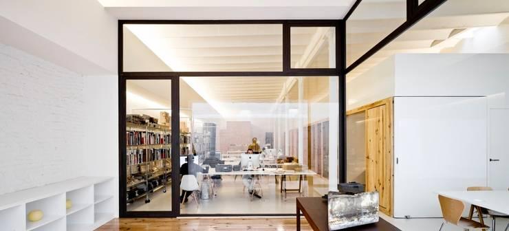 Reforma de unas oficinas en el barrio del <q>Eixample</q> en Barcelona: Oficinas y Tiendas de estilo  de Room Global