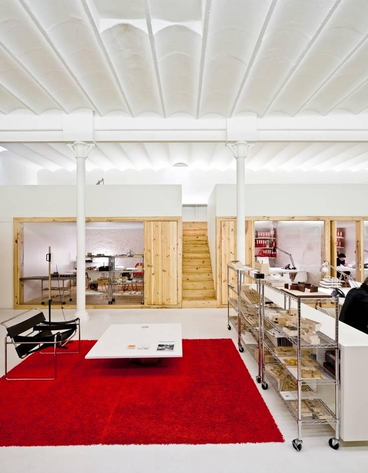 """Reforma de unas oficinas en el barrio del """"Eixample"""" en Barcelona: Oficinas y Tiendas de estilo  de Room Global"""