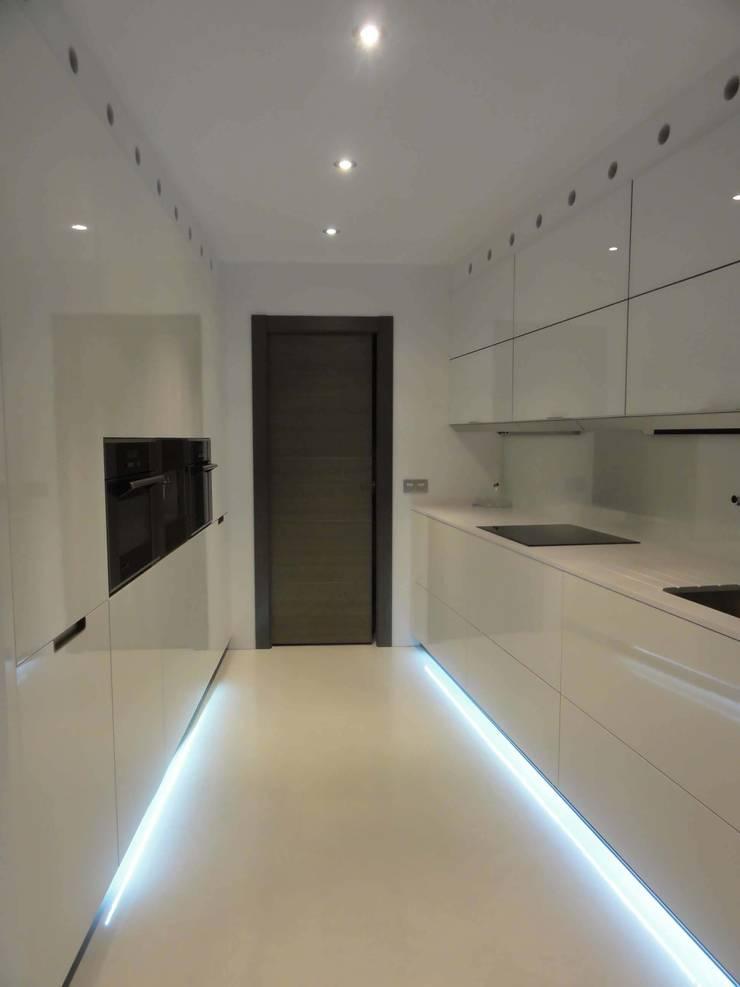 la cocina blanca: Cocina de estilo  de ESTUDIO SANTOS GIJÓN