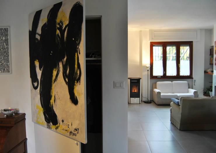 Particolare cappottiera : Ingresso, Corridoio & Scale in stile  di Arch. Roberto Mallardo