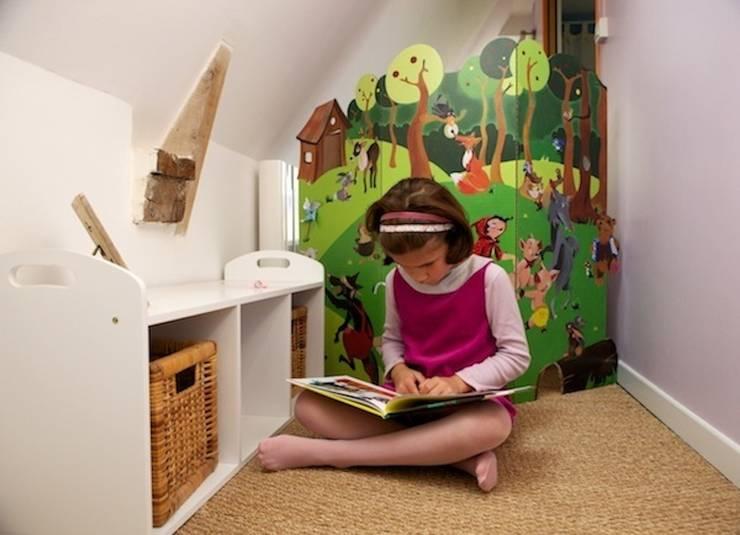 """Paravent """"Louise"""" (contes): Chambre d'enfants de style  par mercilili.fr"""