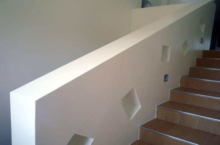 Casa Marano : Ingresso & Corridoio in stile  di raffaele iandolo architetto