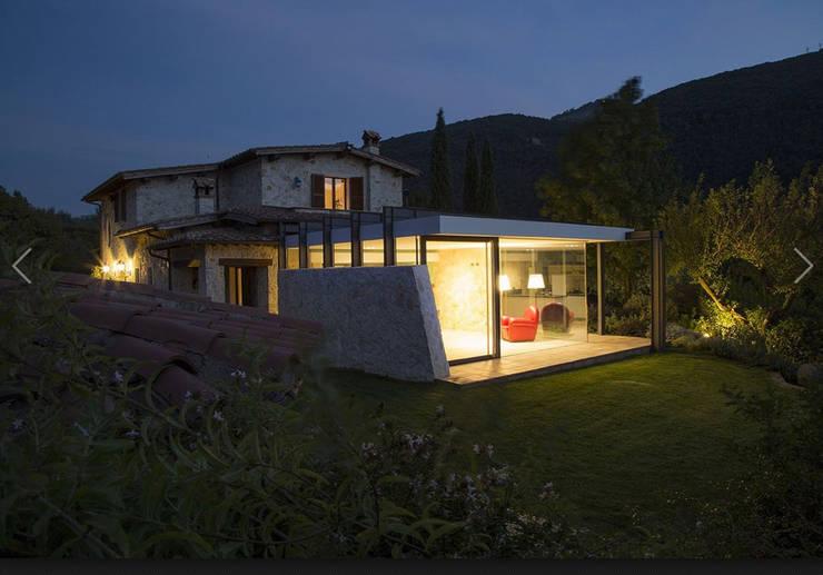 Sabina House: Case in stile in stile Moderno di info358
