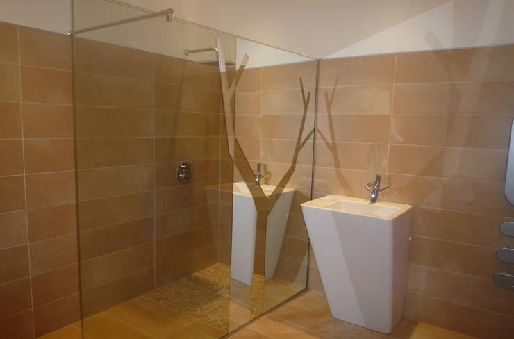 Casa Marano : Bagno in stile in stile Moderno di raffaele iandolo architetto