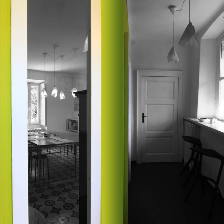 Projekty,  Korytarz, przedpokój zaprojektowane przez a2 studio di architettura