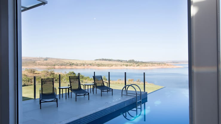 CASA CANYONS DO LAGO : Piscinas  por Mutabile,