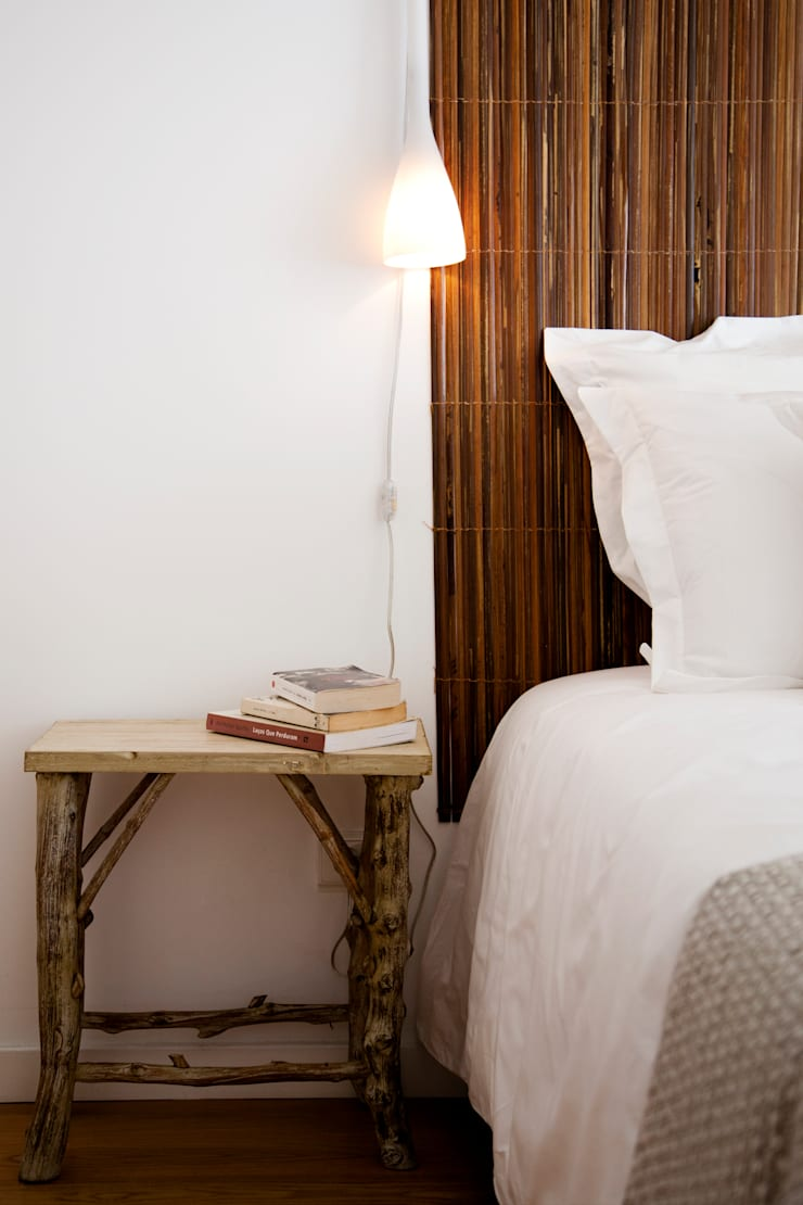 Bed side table: Quarto  por Home Staging Factory