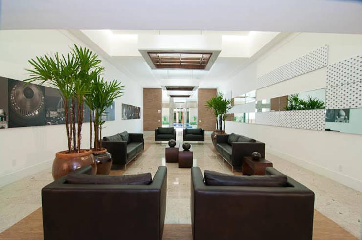 Alameda Domo Club & Residence: Corredores e halls de entrada  por Mantovani e Rita Arquitetura