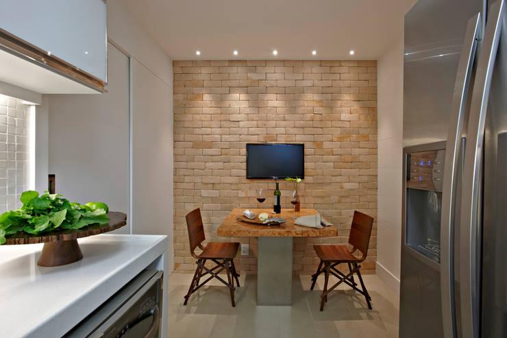 Cocinas de estilo moderno de Coutinho+Vilela