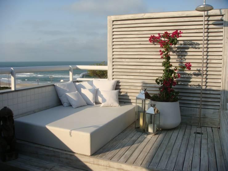 Apto AA – Ed. Água Marinha: Terraços  por Mantovani e Rita Arquitetura