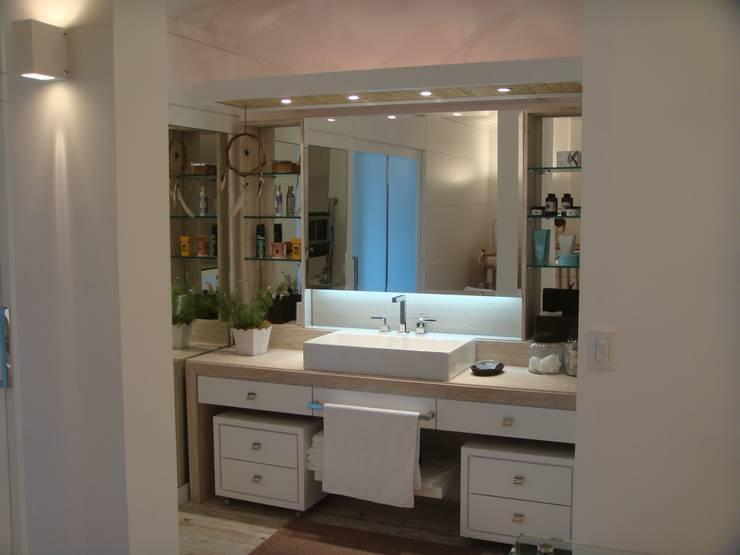Apto AA – Ed. Água Marinha: Banheiros  por Mantovani e Rita Arquitetura